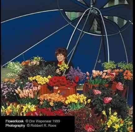 Puesto de flores bajo un paraguas 1