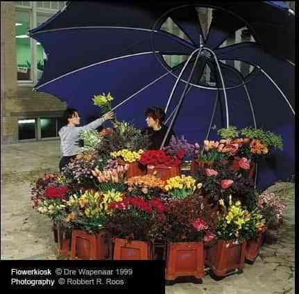 Puesto de flores bajo un paraguas 3