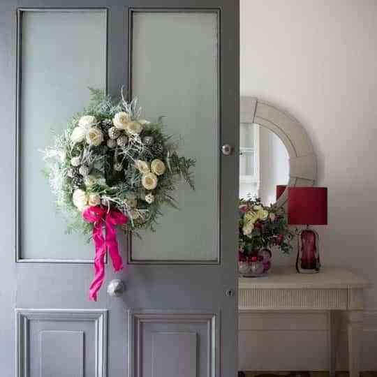 Ideas para decorar la entrada de tu casa en navidad for Decoracion de la puerta de entrada