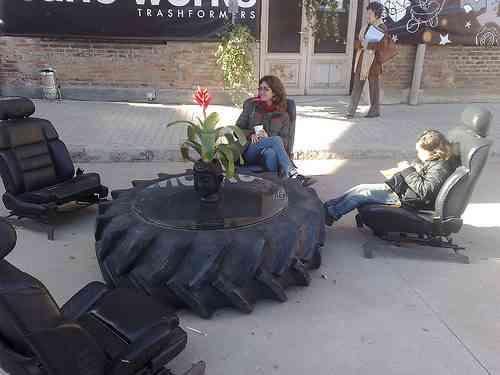 Decoraci n funcional con ruedas de tractor y asientos de for Decoracion con ruedas