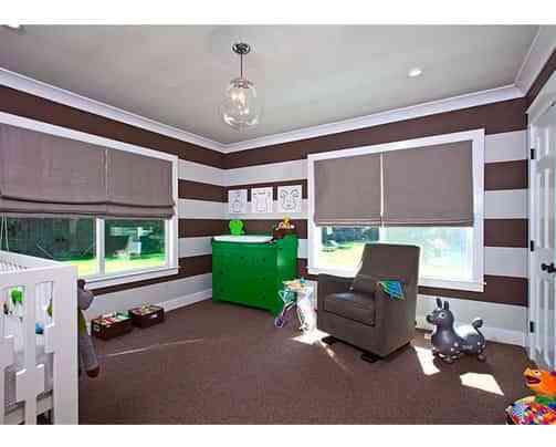 Una habitación a rayas marrones 2