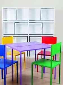 Guarda las sillas en la estantería 2