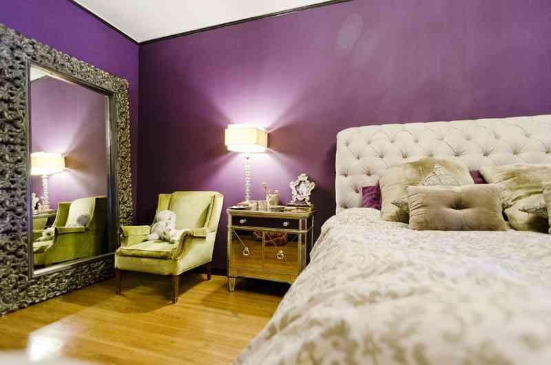 Una habitación en morado, blanco y verde - Decoración de ...