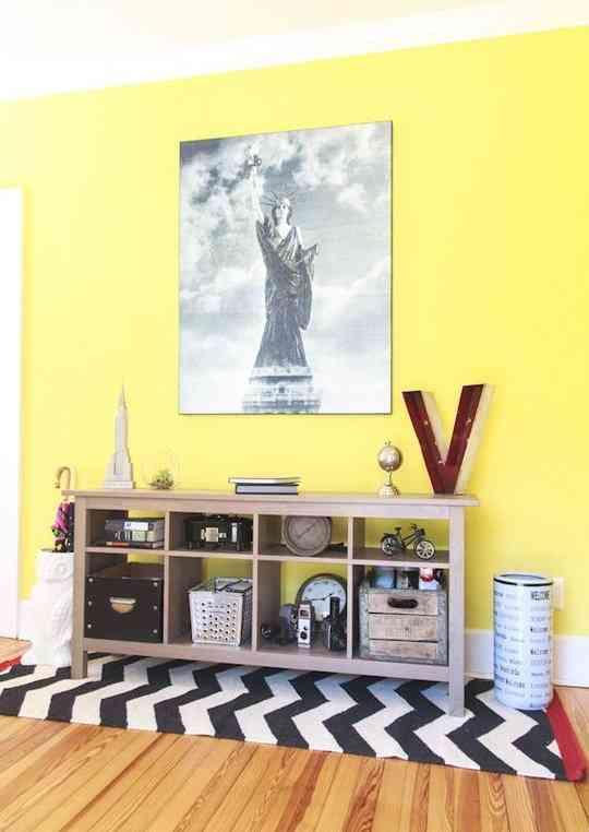 Una pared en amarillo una idea que funciona decoraci n - Sofas amarillos color paredes ...
