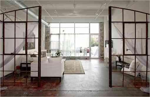 Separar los ambientes con puertas y ventanas recicladas