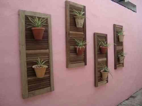 un jardin con marcos