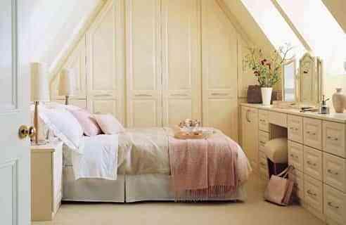 decoracion de un dormitorio romantico femenino en beige