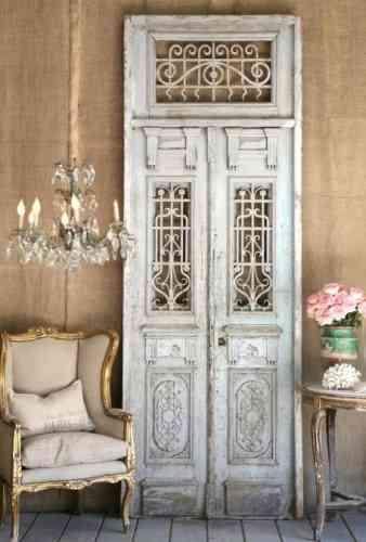 Decorar el sal n con una puerta reciclada decoraci n de for Decoracion con puertas antiguas