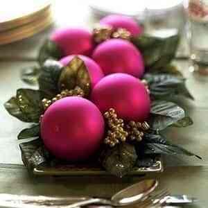 centro de mesa con esferas y hojas