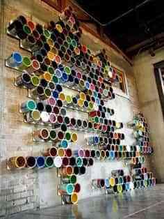 Decorar paredes con latas de pintura vacías