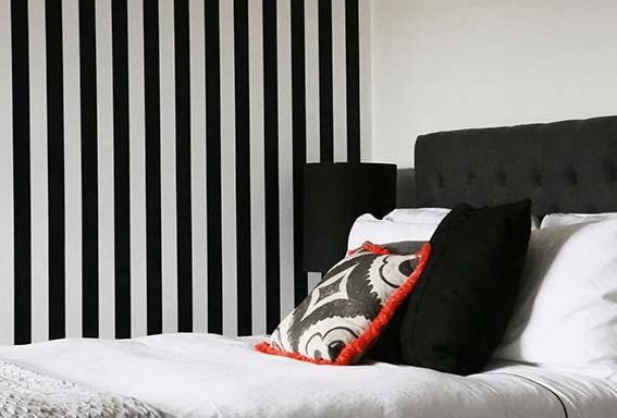 decoracion-dormitorio en blanco y negro - papel pintado