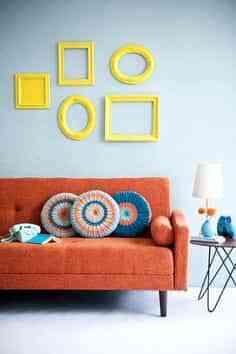 Decorar una pared con marcos amarillos
