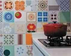 Decorar la pared de la cocina con azulejos variados
