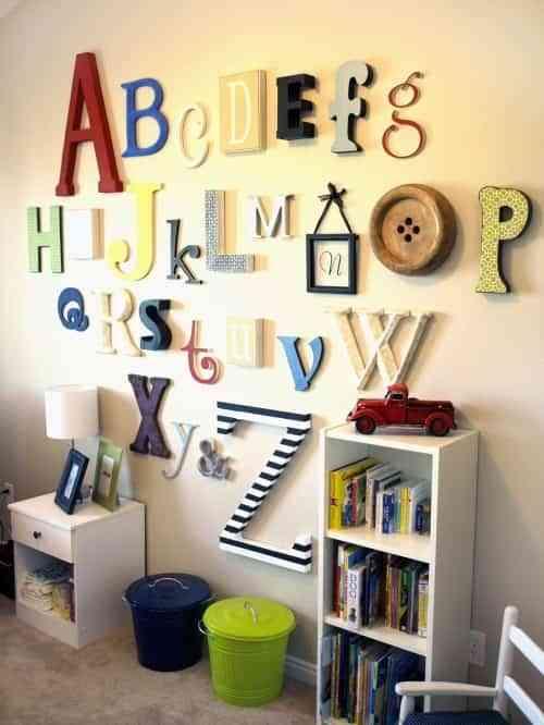 decorar pared con letras de madera