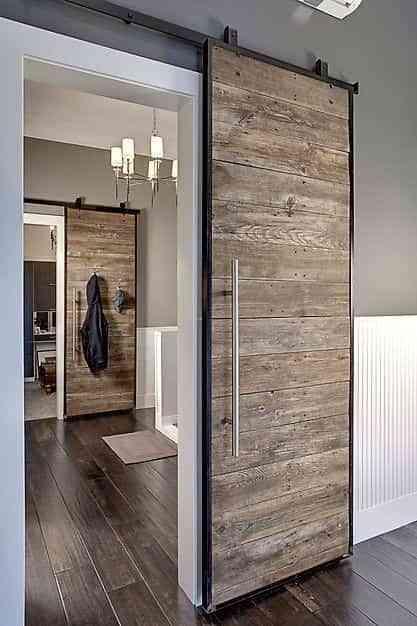 una puerta con pale