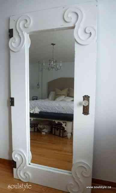 Original espejo en una puerta r stica decoraci n de for Espejos en interiores