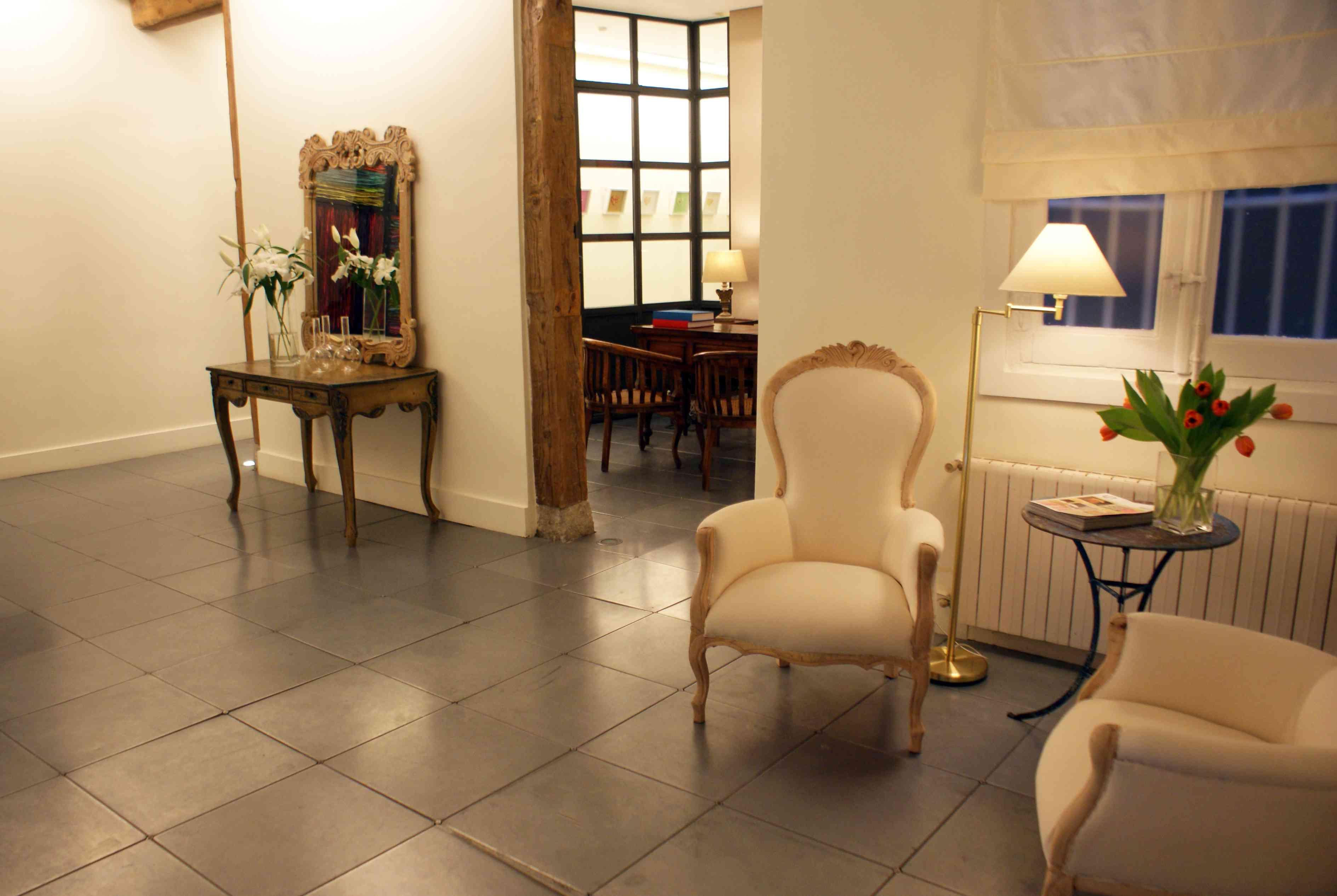 Una galer a de arte dentro de un centro de est tica - Esteticas decoracion interiores ...
