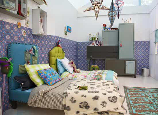 Habitación infantil colores oscuros alegre