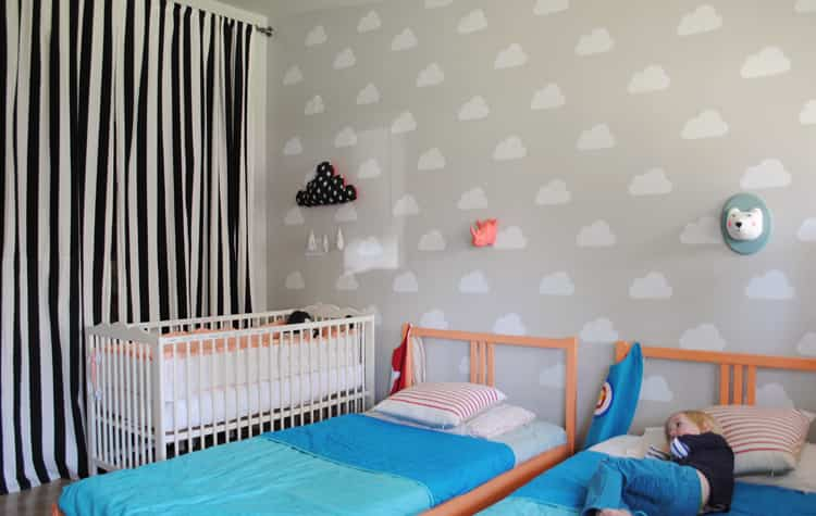 pared infantil nubes