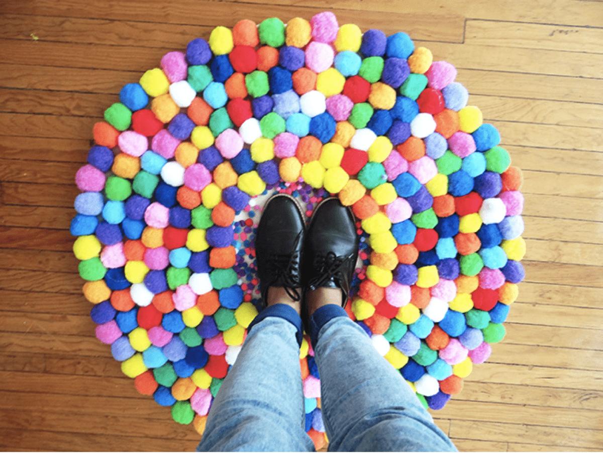 Haz t misma una alfombra de pompones te gustar for Como hacer alfombras en bordado chino