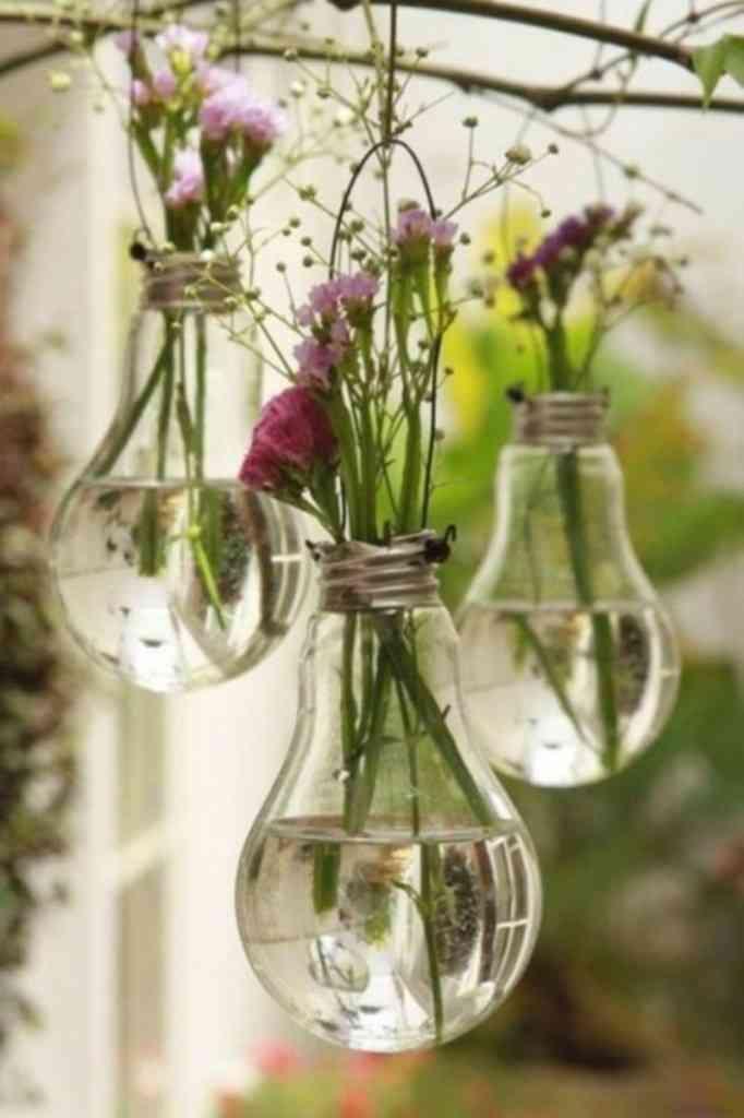 Convierte las bombillas en lindos jarrones