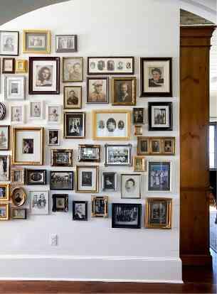 Ideas para paredes decoradas con cuadros decoraci n de - Cuadros con fotos familiares ...