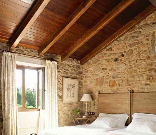 dormitorio con recubrimiento de piedra