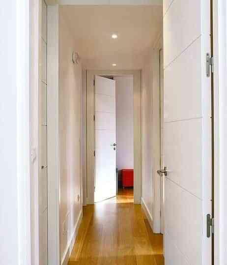 Trucos para paredes blancas decoraci n de interiores for Paredes grises y puertas blancas