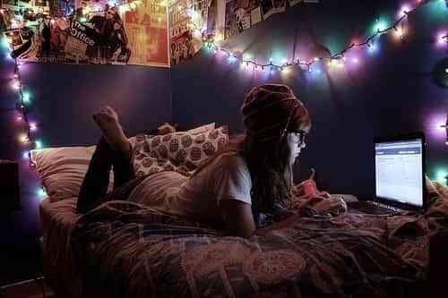Guirnalda de luces en dormitorio juvenil femenino 2