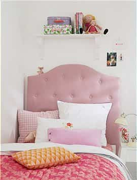 cama de cabecero tapizado en rosa