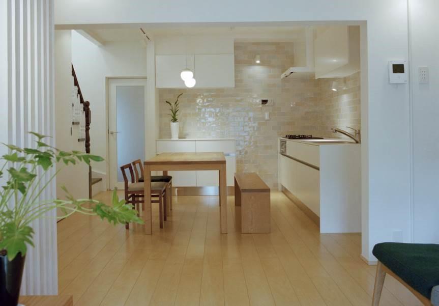 Decorar cocinas luminosas con azulejos blancos vidriados - Azulejos rectangulares ...