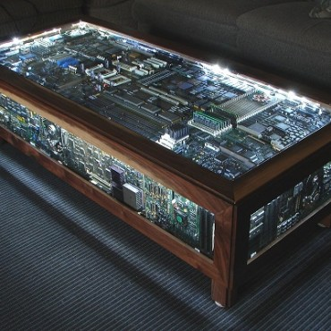 Decorar con una mesa hecha de circuitos