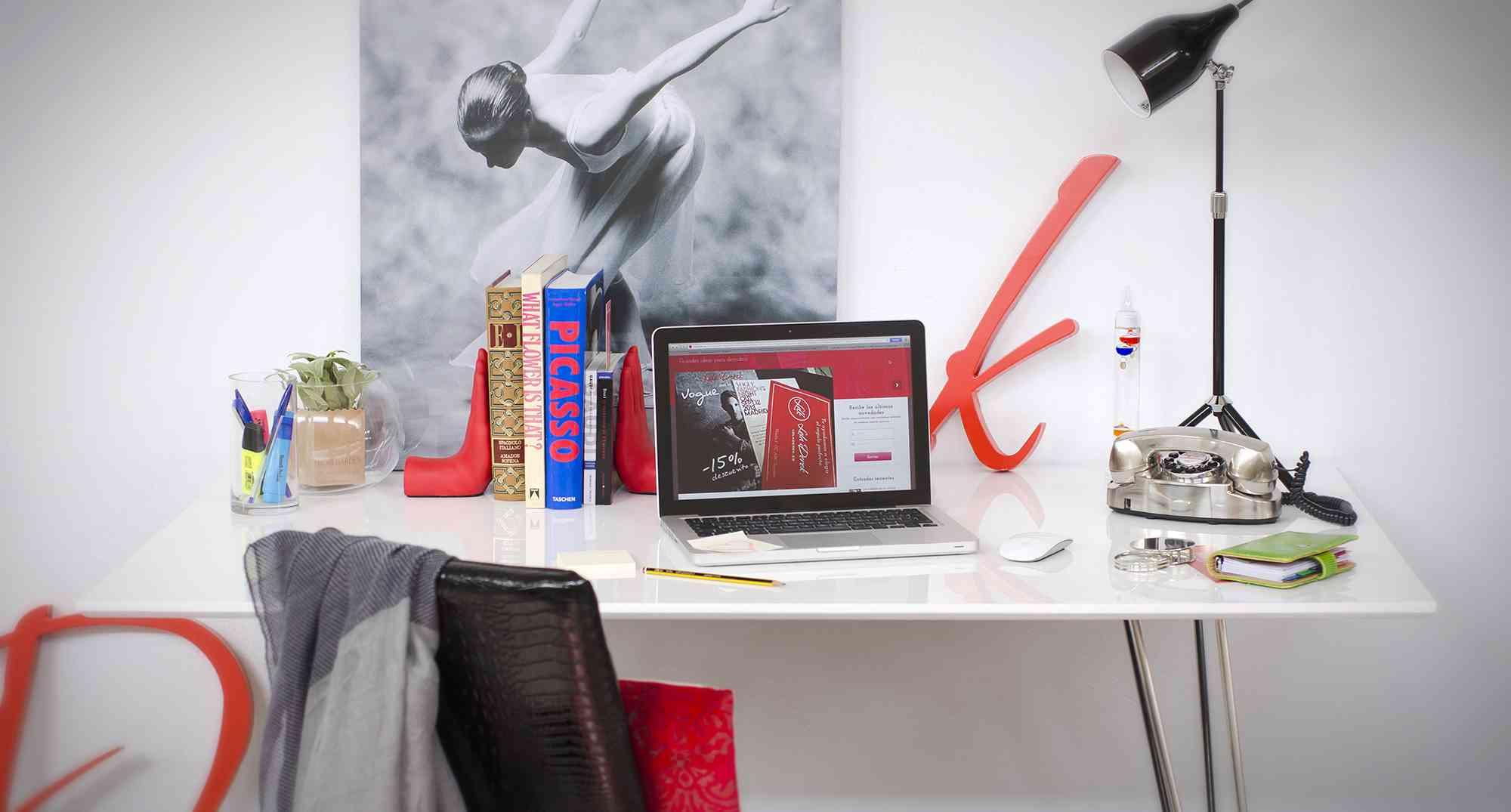 C mo decorar una peque a oficina en casa for Como decorar una oficina pequena