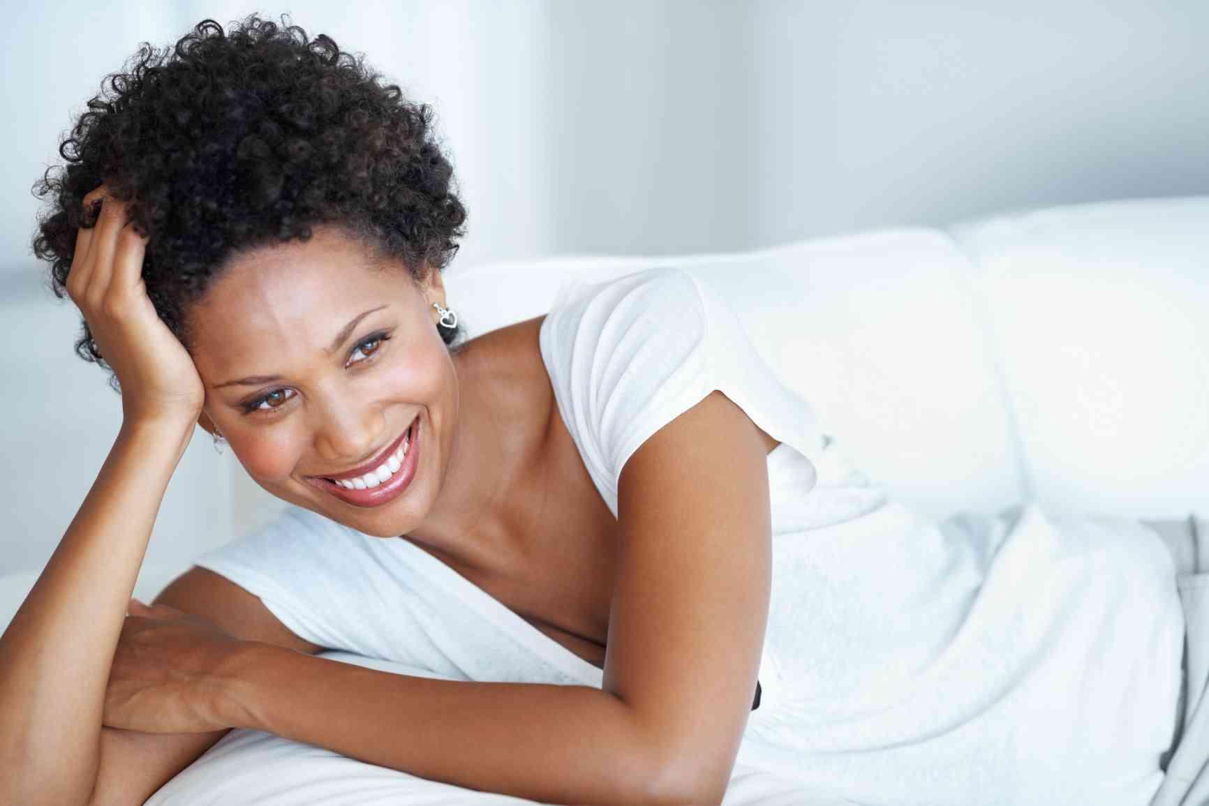 mujer feliz en casa