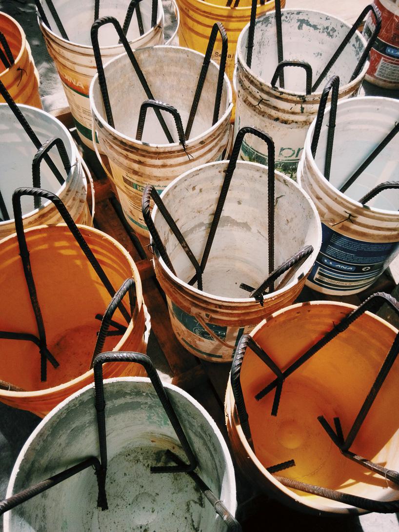 cubos de pintura con hierros