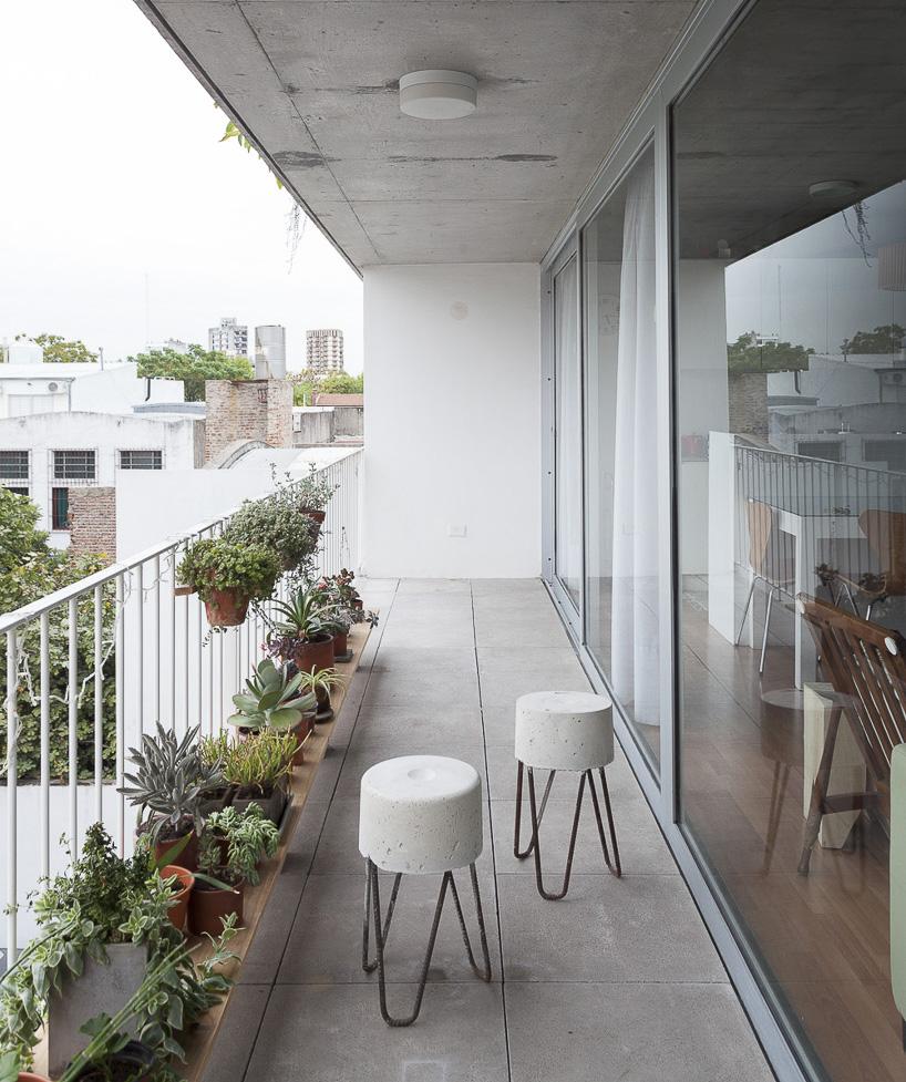 terraza con dos taburetes de hormigón