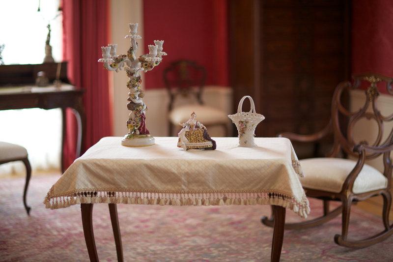 mesa decorada en color blanco y con algunos artículos sobre ella