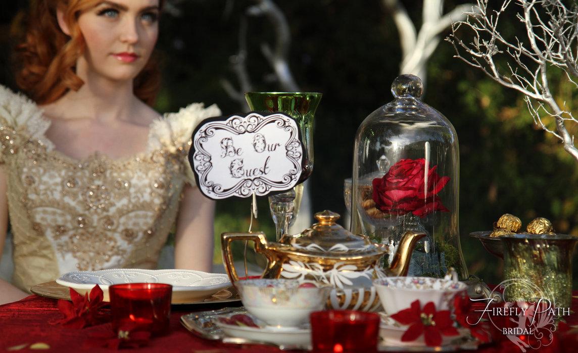 mesa decorada con flores y rosas tipo shabby chic
