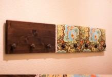 perchero de pared hecho de botones y tela