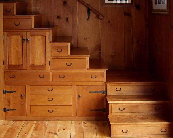 escalera y cajones de madera
