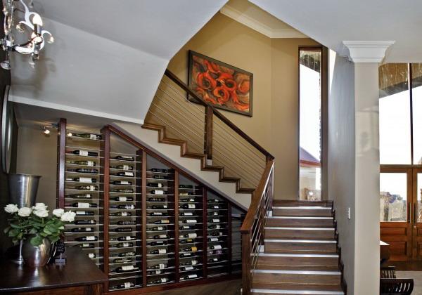 botellas de vino debajo de la escalera