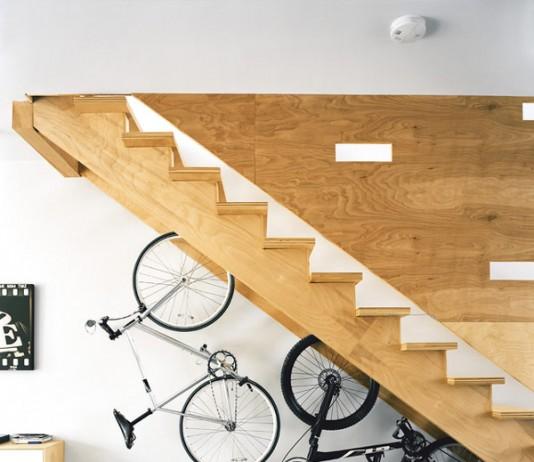 bicicletas debajo de una escalera