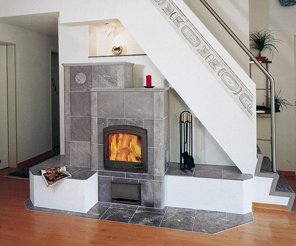 una chimenea colocada debajo de una escalera