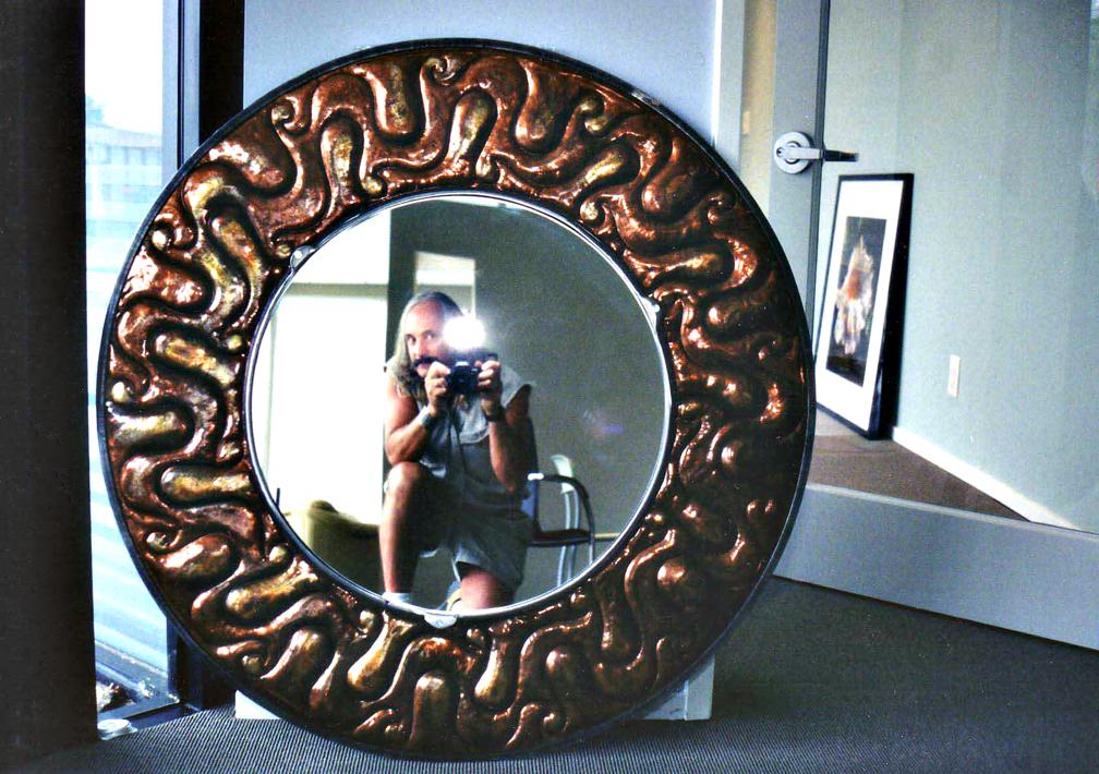 espejo con marco grueso