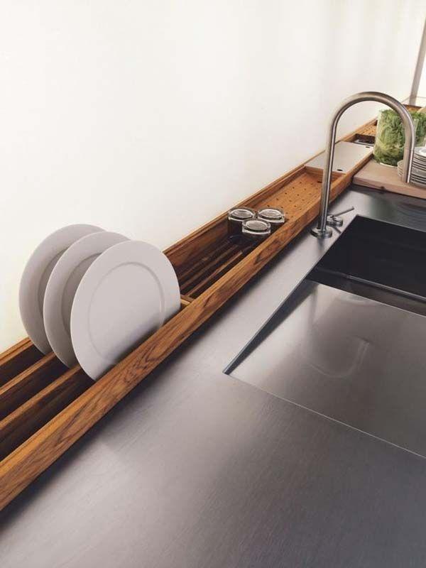platos secandose en una estructura de madera