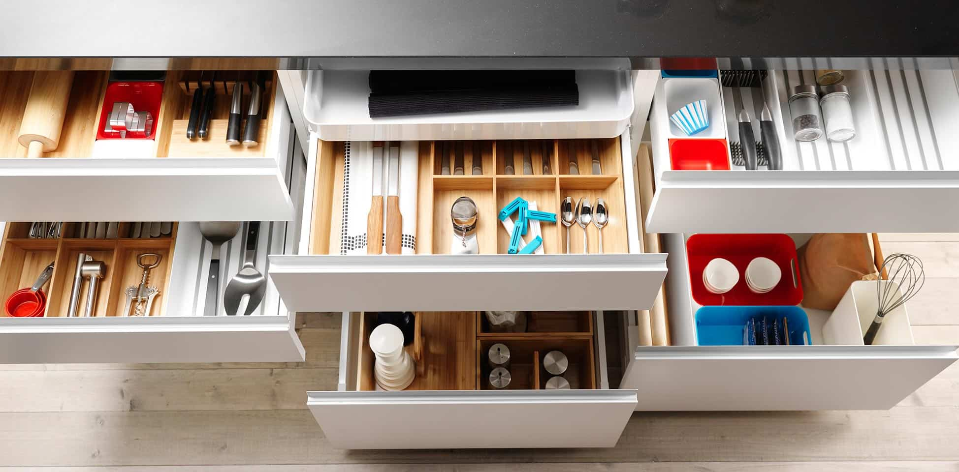 8 accesorios para muebles de cocina realmente pr cticos for Muebles plateros cocina