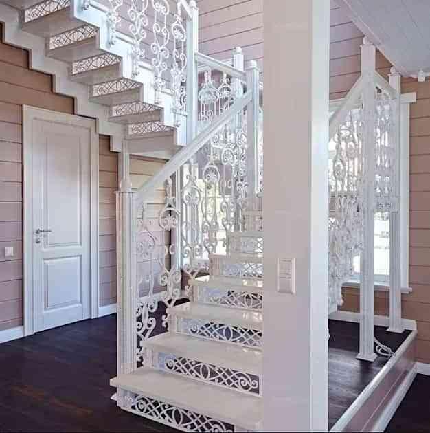 barandilla que se mezcla con la escalera