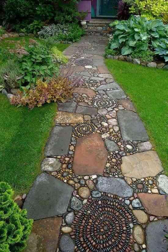 8 ideas para lucir caminos de jardín originales en tu propia casa