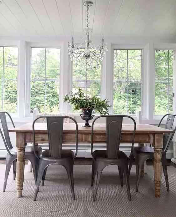 mesa restaurada en el comedor IX