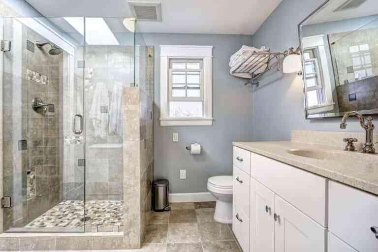 7 motivos por las que cambiar la bañera por un plato de ducha